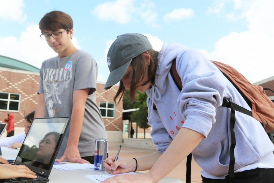 Students register to vote at the Rho Kappa booth on Sep. 24. Photo by Addy Bates