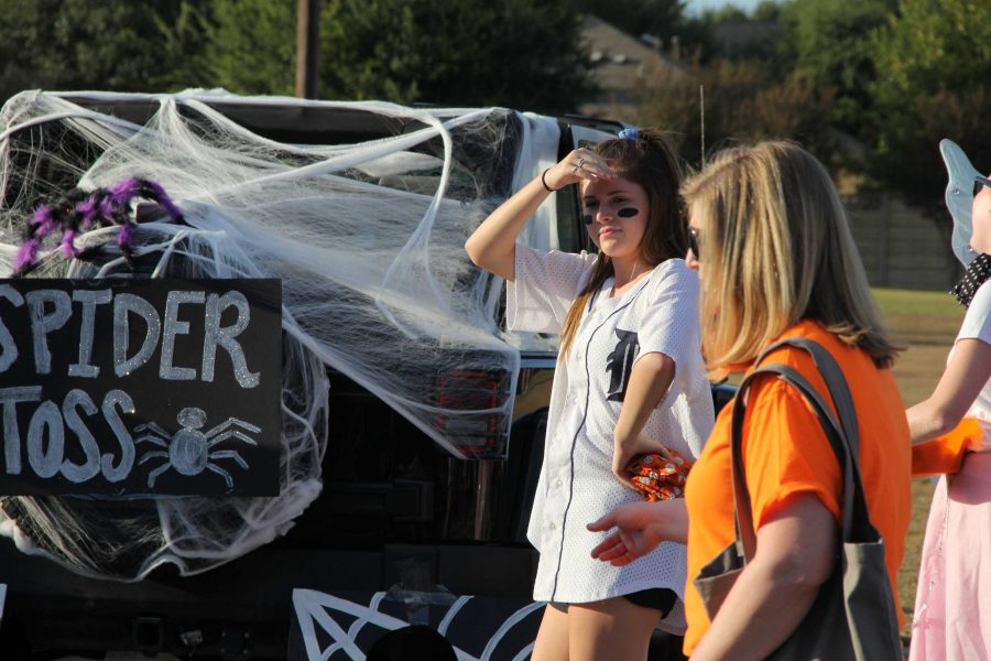 PALs+at+CPHS%27s+annual+Trunk+or+Treat+event.+Junior+Riley+Short+watches+as+students+play+%22Spider+Toss.%22+PALs+had+over+two+trucks+at+Trunk+or+Treat.