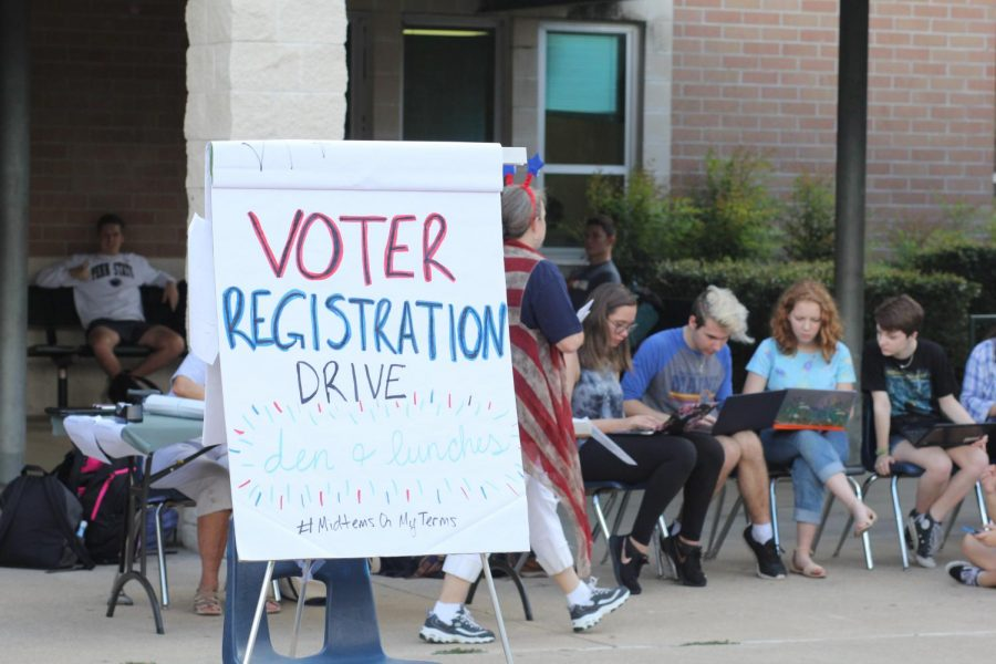 Volunteers+lined+up+with+computers+to+help+with+Rho+Kappa%27s+annual+voter+registration+drive.+These+volunteers+were+able+to+register+an+estimated+60+new+voters.%22It+is+so+important+for+seniors+to+register+to+vote%2C+because+it+shows+%5BAmerica%27s%5D+true+democracy%2C%22+Rho+Kappa+President%2C+senior+Alyssa+Fielding+said.